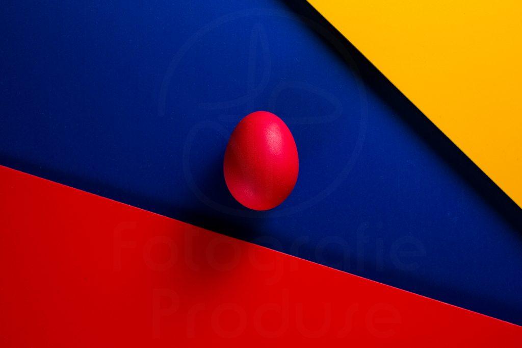 Ou roșu pe fundal dominant albastru